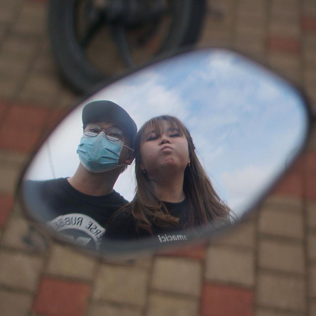 Vinny dan Toni berfoto di cermin motor