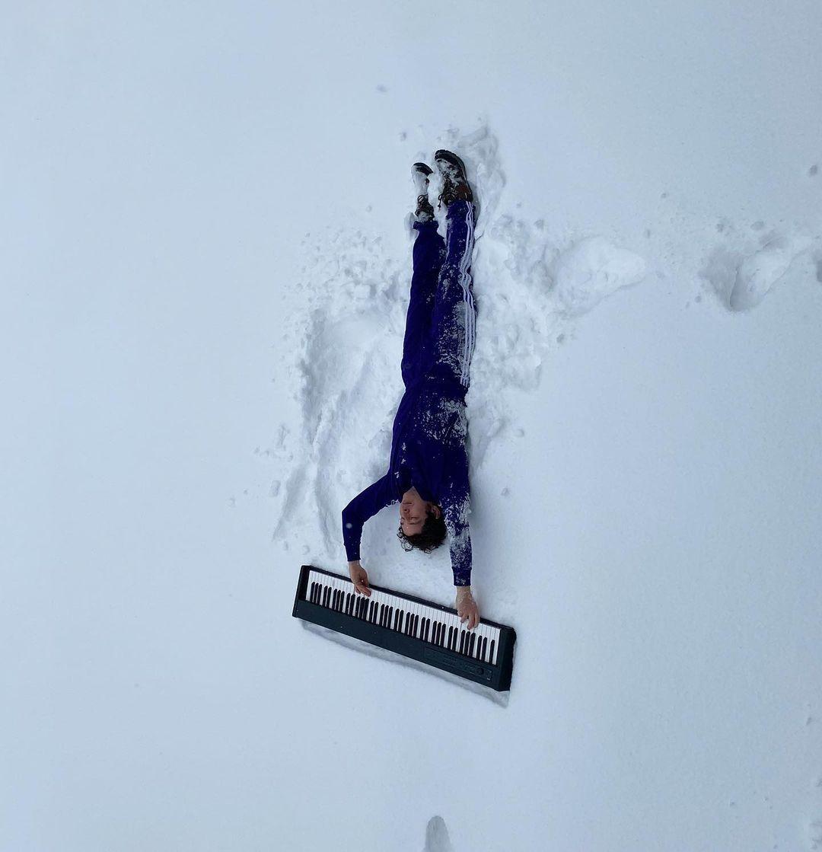 Dmitry Shurov bermain piano sambil tiduran