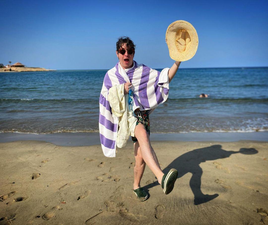 Gaya gokil Dmitry Shurov di pantai