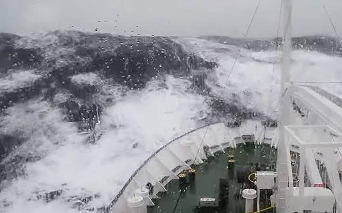 10 Potret tragedi ini pernah terjadi di tengah lautan lepas