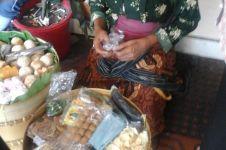 Kesetiaan Mbah Tris, nenek 75 tahun jualan untuk tebus obat suami