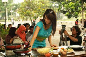 Ternyata sering nonton acara kuliner di TV bisa buat berat badan naik