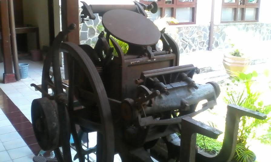 Ini mesin pengganda dokumen zaman dulu, layaknya mesin fotokopi