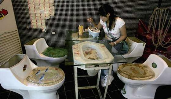 Ada-ada saja, kafe ini hadirkan sensasi makan di toilet