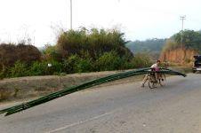 Kisah bakul bambu keliling 17 KM, dagangan berat 200 Kg panjang 40 M