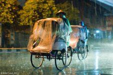Tak rela tukang becak masuk angin, mahasiswa UGM bagikan 100 jas hujan