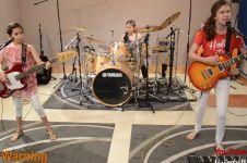 VIDEO: 3 ABG cewek bisa memainkan 'Enter Sandman' Metallica, cadas!