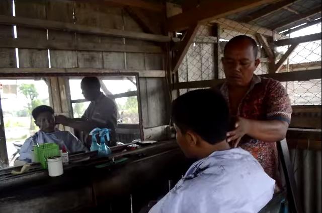 VIDEO: Semangat tukang cukur difabel mencari nafkah, salut!