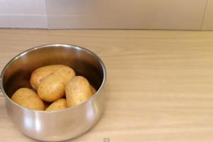 VIDEO: Cara ajaib kupas kentang dengan cepat dan praktis!