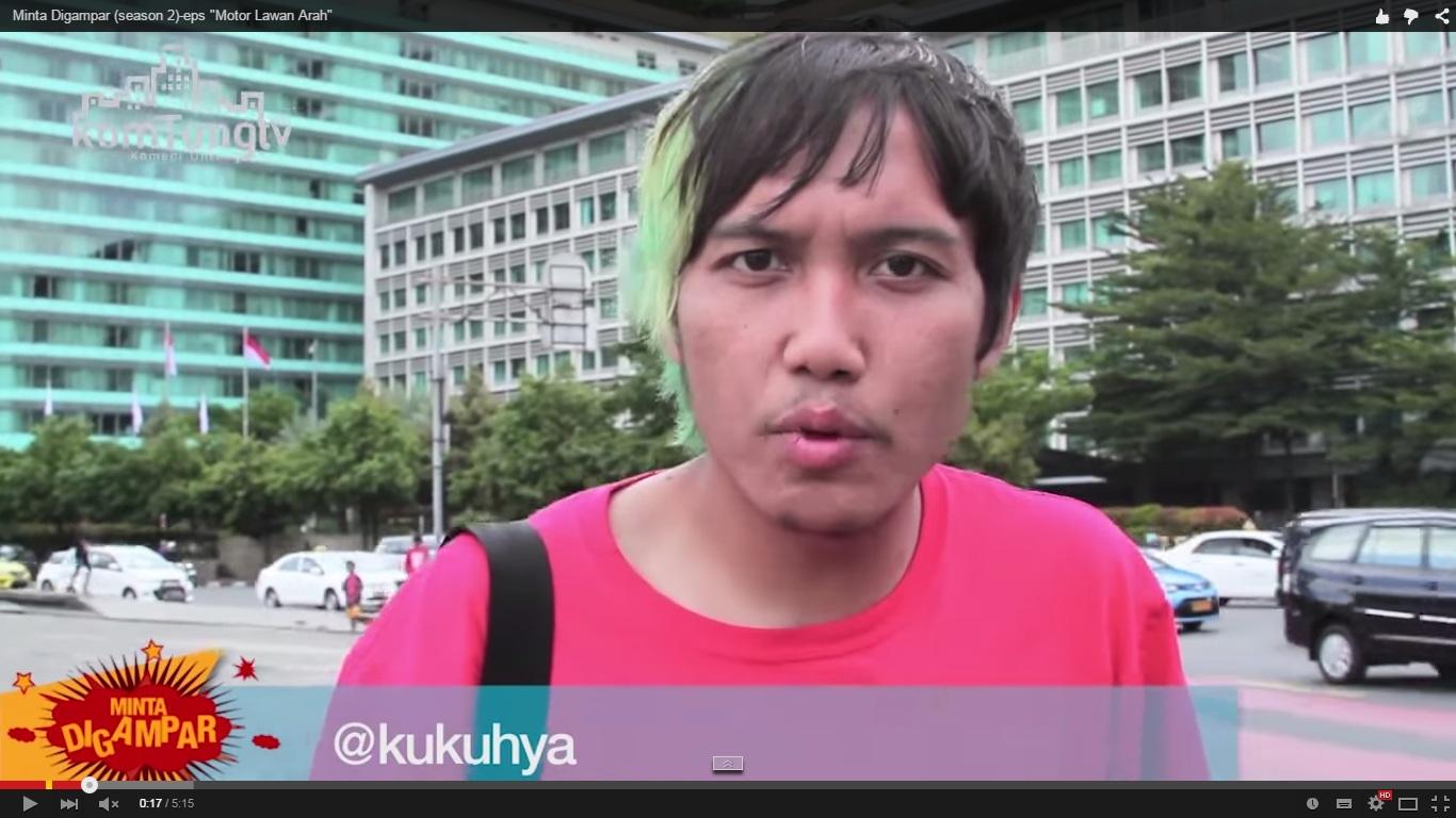 VIDEO: Aksi nekat pemuda tegur pengendara motor yang melintasi trotoar