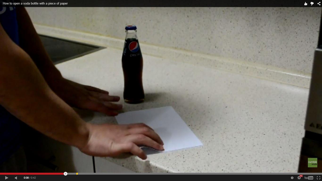 Cukup pakai kertas untuk buka tutup botol, simpel banget lho!