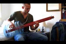 VIDEO: Pria ini bikin bass gitar dari galon bekas dan kayu, joss!