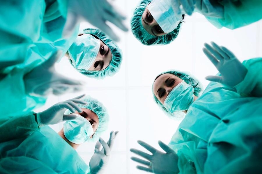 Alasan ilmiah mengapa dokter menggunakan baju hijau saat operasi
