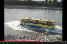 VIDEO: Bus berenang di sungai, masa iya?