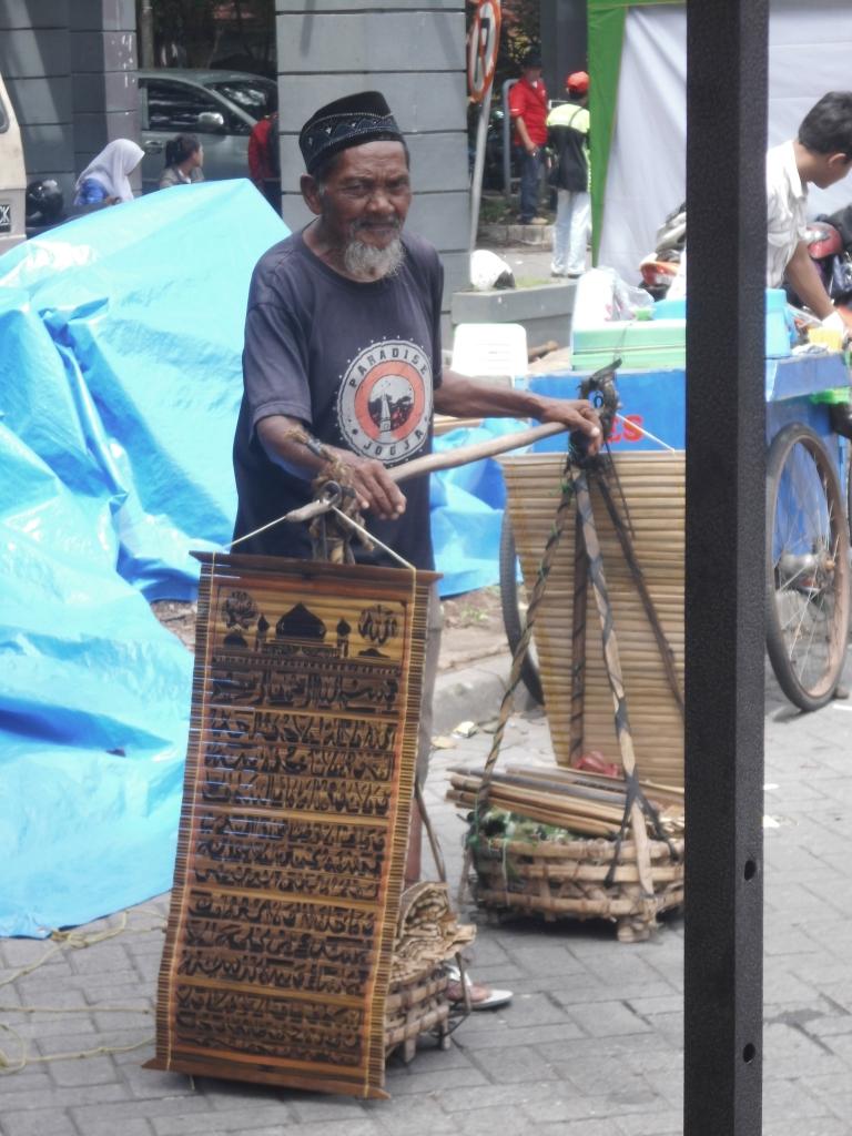 Umur 82 tahun keliling kota jual kerajinan bambu demi senyuman cucu