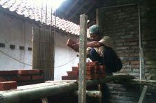Tatang, si tukang bangunan bisa berkeliling Jawa karena pekerjaan