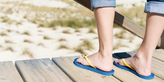 Hati-hati, sering pakai sandal jepit bikin kakimu penuh ribuan bakteri