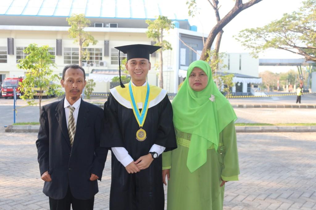Hudha lulusan terbaik Unair, kerjakan tugas kuliah di warnet