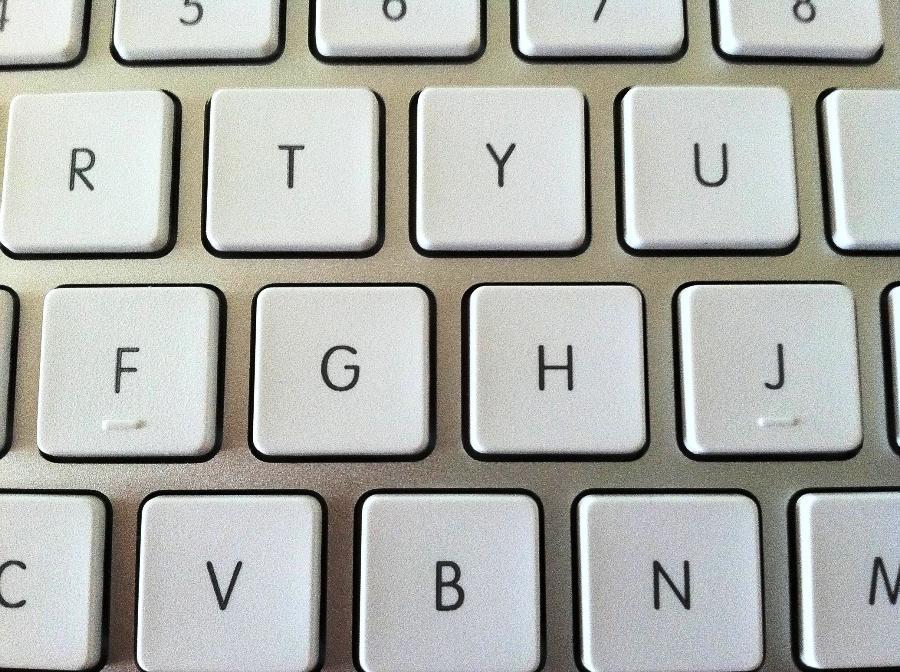 Ini alasan di balik pemberian tonjolan pada huruf F dan J di keyboard