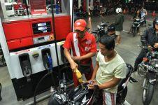 Sering goyangin kendaraan waktu ngisi bensin, bermanfaat nggak sih?