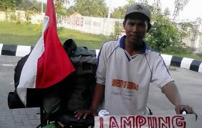 Bapak ini ingin taklukkan Lampung-Jawa-Madura-Bali naik onthel, joss!