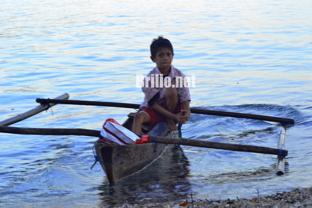 Hafit, bocah SD yang kayuh sampan 2 jam seberangi lautan ke sekolah