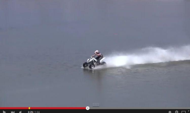 Seberangi danau dengan ATV, lelaki ini benar-benar 'sakti'