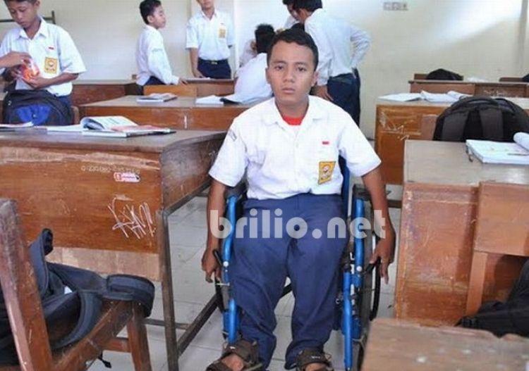 Dengan kursi roda usang, Edi ke sekolah sejauh 5 km tiap hari