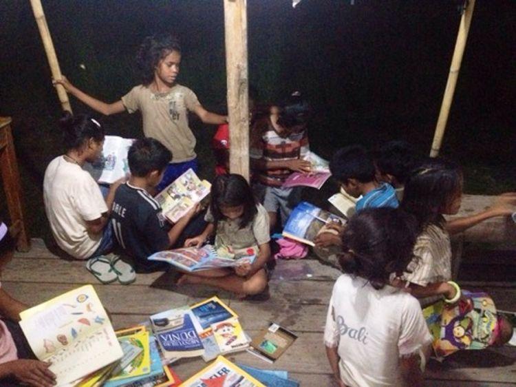 Komunitas ini rutin bagikan buku untuk cerdaskan anak pedalaman, top!