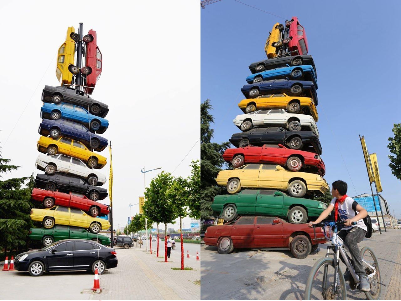 Tumpuk mobil setinggi 15 meter demi gaet pelanggan, ada-ada saja