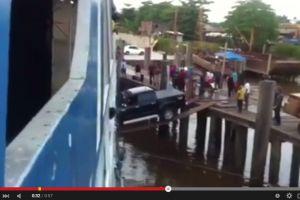 VIDEO: Mobil ini menyeberang ke kapal cuma dengan 2 papan, menegangkan
