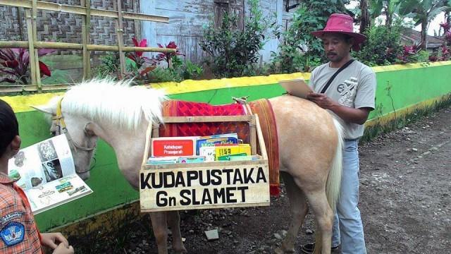 Luna si Kuda Pustaka keliling 3 desa di Gunung Slamet pinjamkan buku