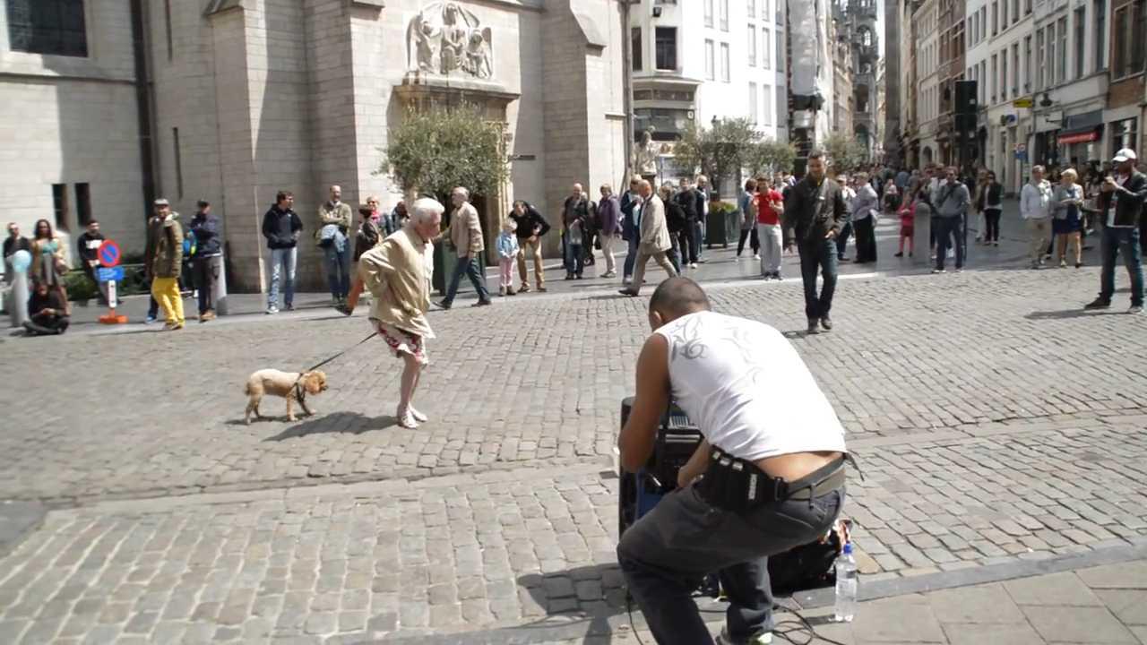 VIDEO: Nenek enerjik menari ditemani anjingnya di jalanan, gokil!