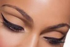 Hati-hati memakai eyeliner, partikelnya bisa membahayakan mata
