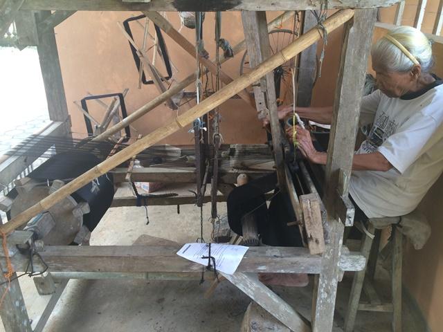 Kisah Mbah Srilah jaga tradisi membuat stagen dengan alat tenun kayu
