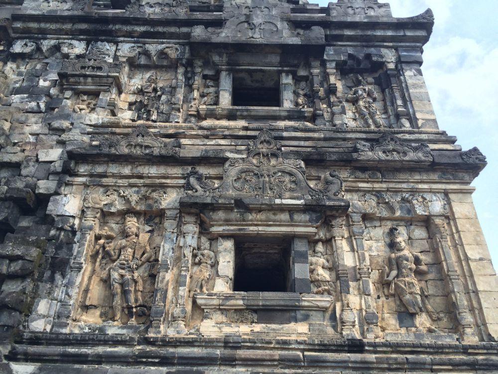 Asrama para biksu di Candi Sari ini patut kamu kunjungi saat ke Jogja