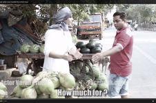 VIDEO: Tawar menawar penjual kelapa & pembeli sindir ini orang kaya