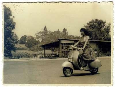 Zaman dulu, adu kecantikan wanita diuji saat mengendarai Vespa