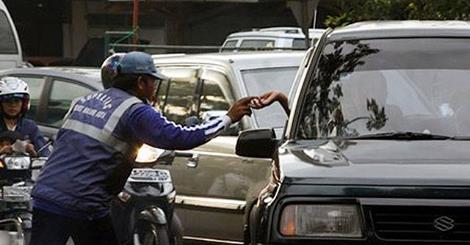 Ini alasan mengapa pengatur jalan tak resmi disebut 'Pak Ogah'