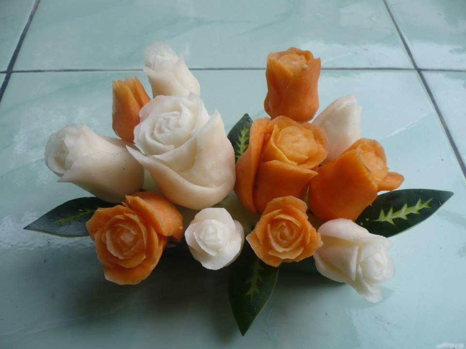 Di tangan Fathur, buah-buahan disulap menjadi bunga