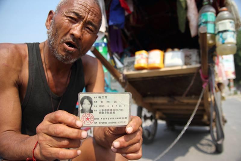 Kakek ini rela hidup di becaknya demi mencari istri yang hilang