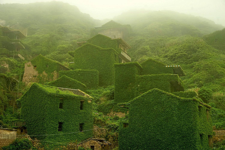 Hunian di desa ini dipenuhi lumut & suasananya seperti desa mati