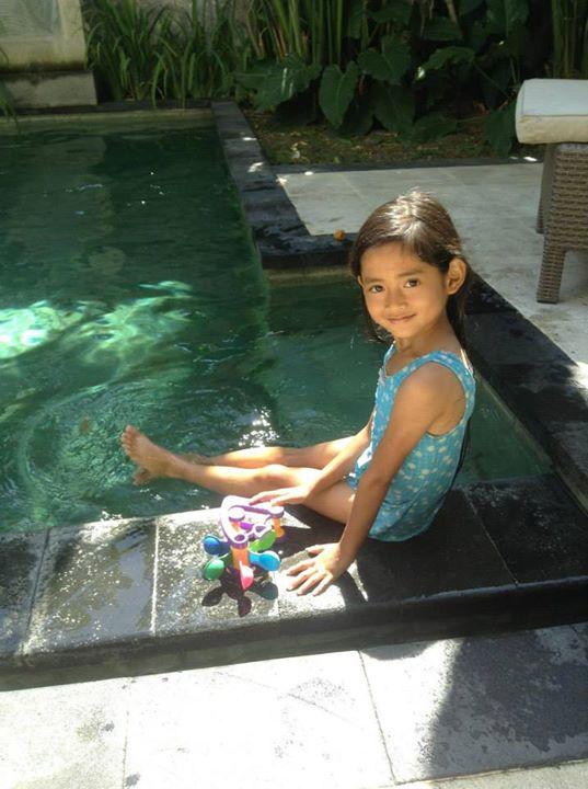 Angeline kerap telat sekolah karena urus ayam piaraan ibu angkatnya