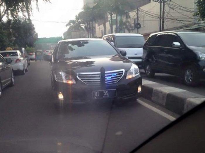 Mobil berplat nomor RI ini melawan arus, siapakah pemiliknya?
