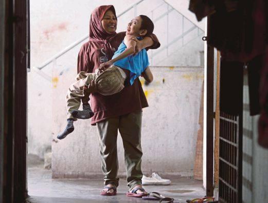 Kasih ibu sepanjang masa, 14 tahun rawat anaknya yang lumpuh