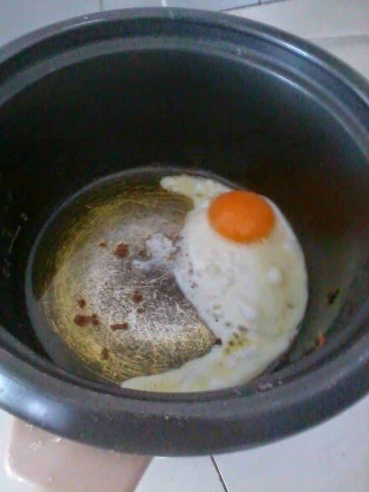 Ini dia sahur ala anak kos, masaknya pakai rice cooker dan setrikaan