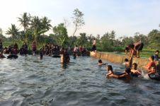 Warga di sini berebut mandi di kolam yang hanya dibuka jelang Ramadan