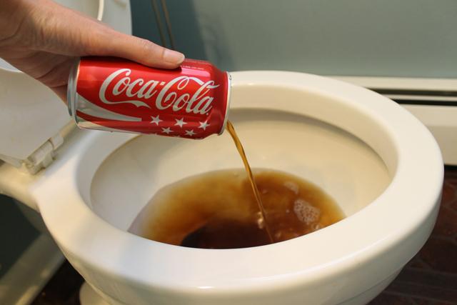Manfaat lain Coca Cola, bisa untuk membersihkan kloset, wow!