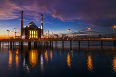 Masjid terapung pertama di Indonesia, miliki panorama luar biasa!