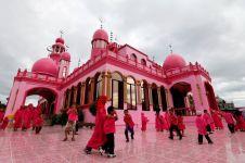 Masjid unik, dibangun pekerja Kristen dan dicat warna pink